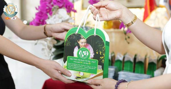Viện thẩm mỹ Quốc tế Việt-Hàn tặng nước rửa tay, khẩu trang miễn phí